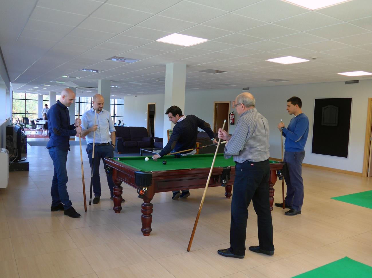 Imagen jugando al billar y a ping pong en CV Protection
